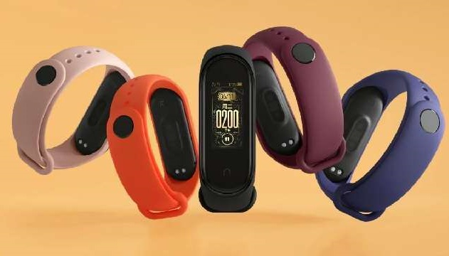 Xiaomi Mi Band 4 it has a 0.95 inch color AMOLED touchscreen display with 120x240 pixels screen resolution.